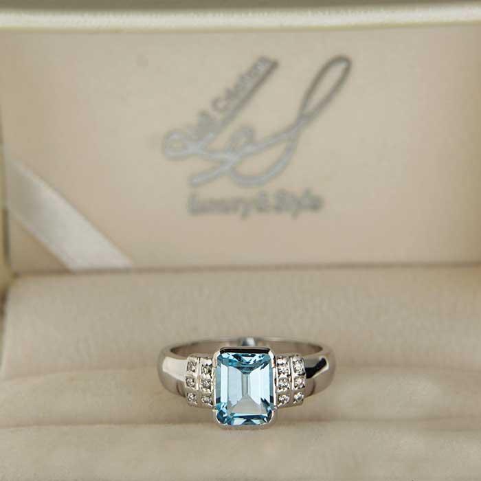 Anello in oro con topazio azzurro Mu Ring