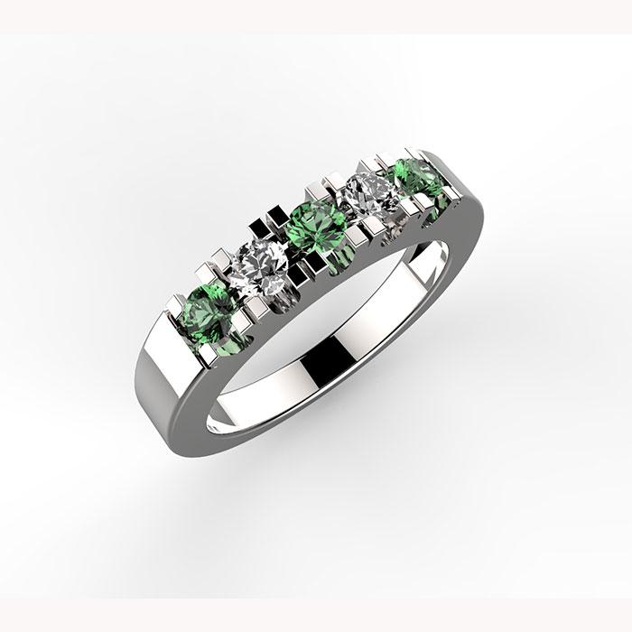 anello in platino con diamanti e smeraldi