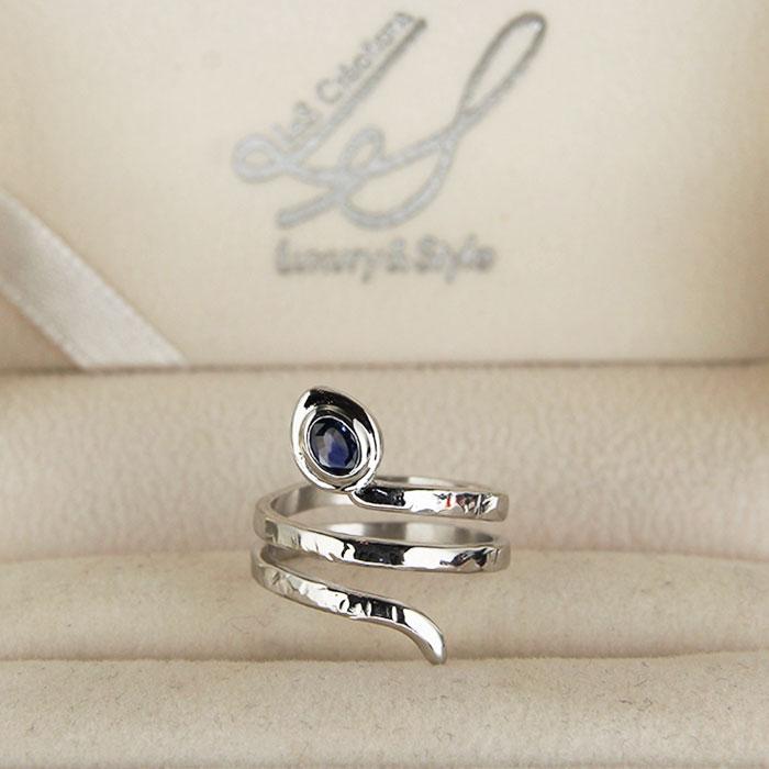 anello in oro bianco a forma di serpente con pietre preziose personalizzato